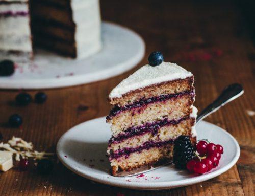 Torta s bielou čokoládou a lesným ovocím
